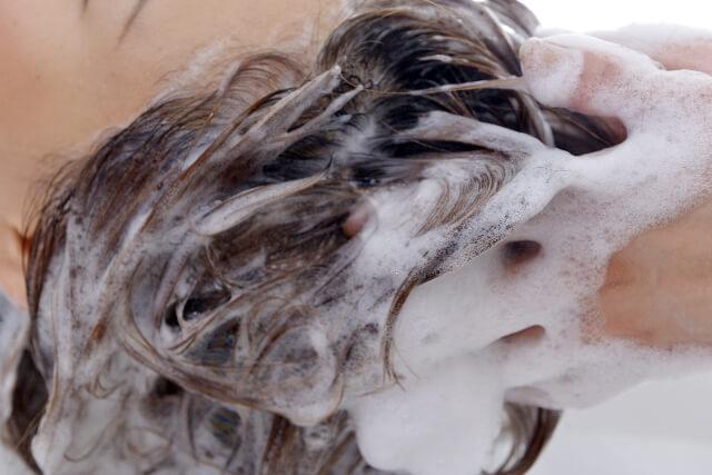 頭皮を洗う人