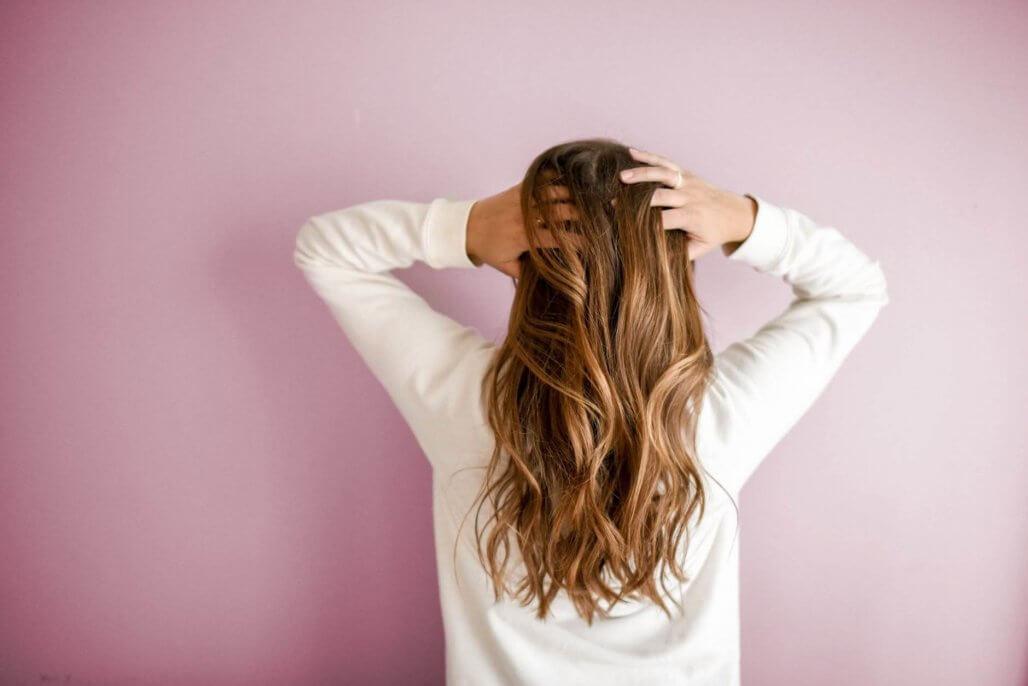 ヘアカラーや白髪染めをすると頭皮が染みる(痛い)!原因と改善方法