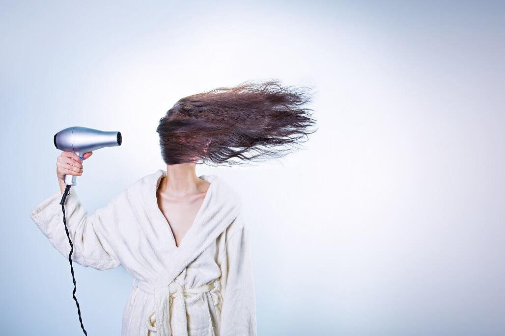 【自然乾燥による髪の悪影響とは?】ドライヤーで乾かさずに寝ると?